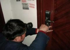 防盗门开锁最简单方法