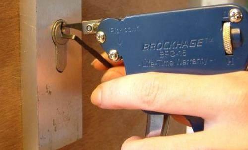 钥匙断在了锁里怎么办? 开锁师傅给你支招